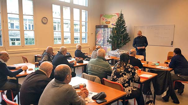 Turkse ouderen terug in de schoolbanken oost online for Turkse kapper amsterdam oost